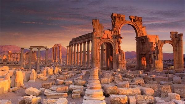 Thành cổ Palmyra, một trong những trung tâm văn hóa nổi tiếngthời cổ đại với nhiều công trình tận2000 năm tuổi, là nơi có sức hút mãnh liệt với hàng nghìn du khách mỗi năm. Thế nhưng, vì hậu quả từ sự chiếm đóng củaphiến quân Nhà nước Hồi giáo năm 2015, phần lớn nơi đâychỉ còn là đống đổ nát.
