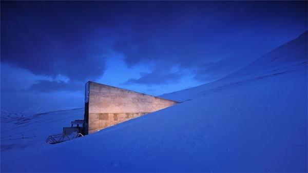 """""""Doomsday Vault"""", khu vực được canh phòng cẩn mật Svalbard Global Seed Vault, Nauy,được chọn là nơi lưu giữ các loại hạt giống dùng trong trường hợp có thảm họa. Tuy khung cảnh tuyệt đẹp nhưng cũng là một trong những nơi nguy hiểm mà du khách nên bỏ qua."""