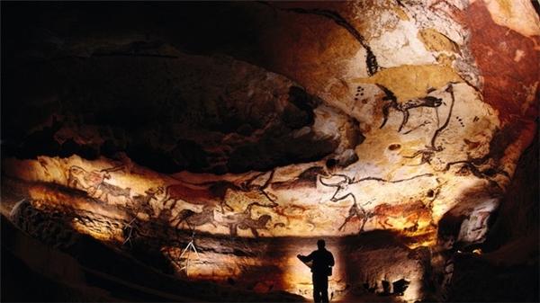 Những bức họa Paleolithic 17.000 năm tuổi nằmtronghang động ở vùng Lascaux phía tây nam nước Pháp là những bức họa nổi tiếng khắp thế giới. Tuy nhiên từ những năm 1960,khu vực này đã bị đóng cửa.
