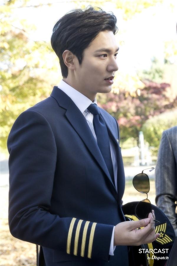 """Bấy nhiêu vẫn chưa phải là tất cả nhân dạng của anh chàng. Với tạo hình xuất sắc không còn chỗ chê này, Lee Min Ho có cơ hội giành về danh hiệu """"soái ca quân nhân"""" từ tay Song Joong Ki."""