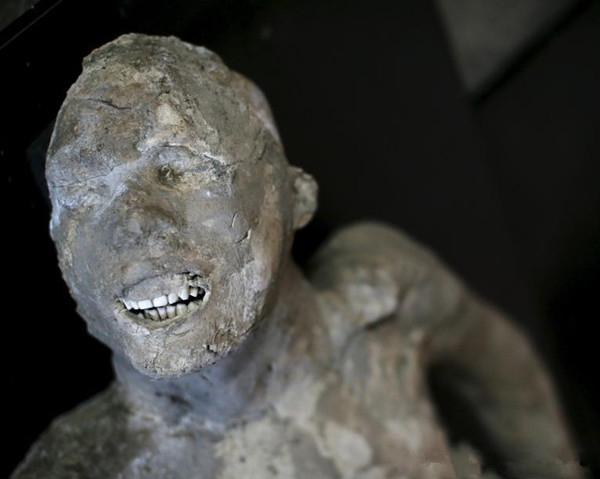 Đây là một nạn nhân đang cố gắng chạy để thoát thân. Dù khối tro hóa đá này đã trải qua nhiều năm nhưng có thể thấy răng của ông vẫn được bảo quản tốt.
