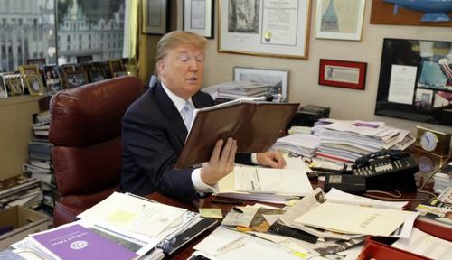 Donald Trump thích làm việc với giấy tờ hơn là công nghệ. (Ảnh: internet)