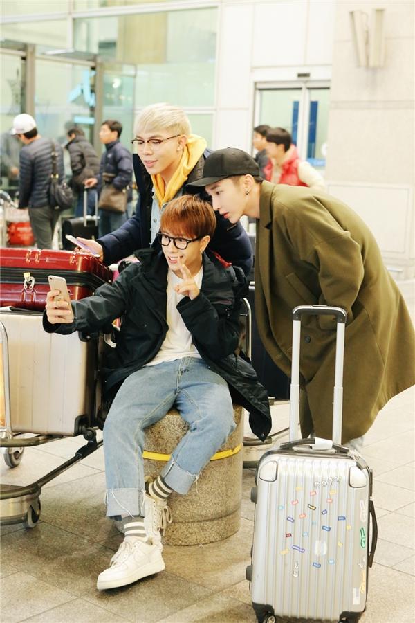 Để chuẩn bị cho chuyến công du với tư cách đại diện quốc gia này, 3 chàng trai đã đáp chuyến bay đến Seoul vào đêm qua (9/11). - Tin sao Viet - Tin tuc sao Viet - Scandal sao Viet - Tin tuc cua Sao - Tin cua Sao