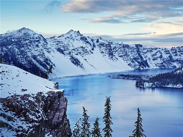 Hồ Crater nằm trong công viên quốc gia cùng tên ở bang Oregon. Nơi này nổi tiếng với làn nước xanh và trong suốt.