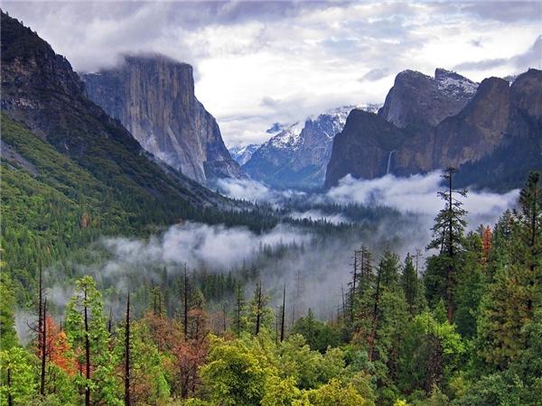 Công viên quốc gia Yosemite, California. Bên trong khu vực rộng hơn 1.200 m2 này có những thác nước hùng vĩ, thung lũng, đồng cỏ, cổ tùng đại thụ. Ảnh: Getty.