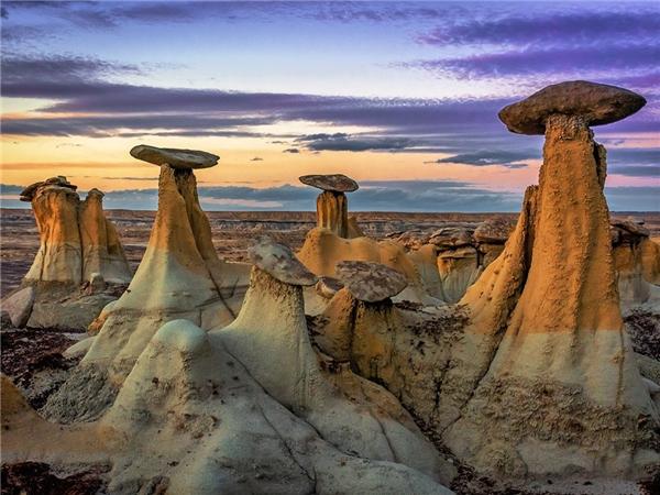 Khu vực bảo tồn hoang dã Ah-Shi-Sle-Pa, New Mexico nổi tiếng với những khối đá hình ống khói vàcây nấm.Nơi này còncó di tích gỗ hóa thạch, xương khủng long... Ảnh: Getty.