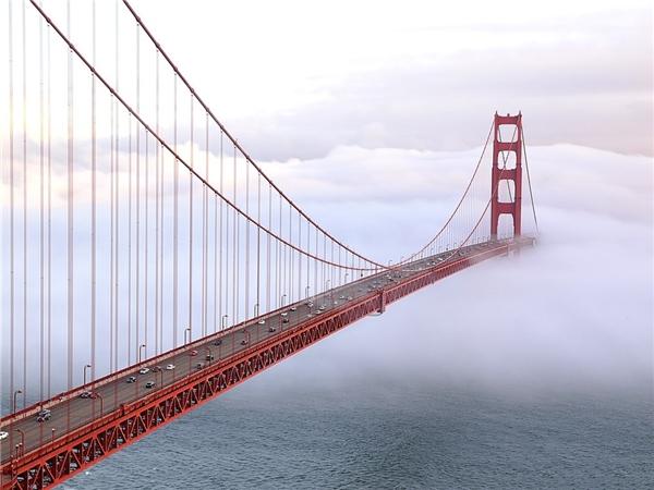 Cầu Cổng Vàng, San Francisco, California bồng bềnh trong sương khói.Ảnh: Getty.