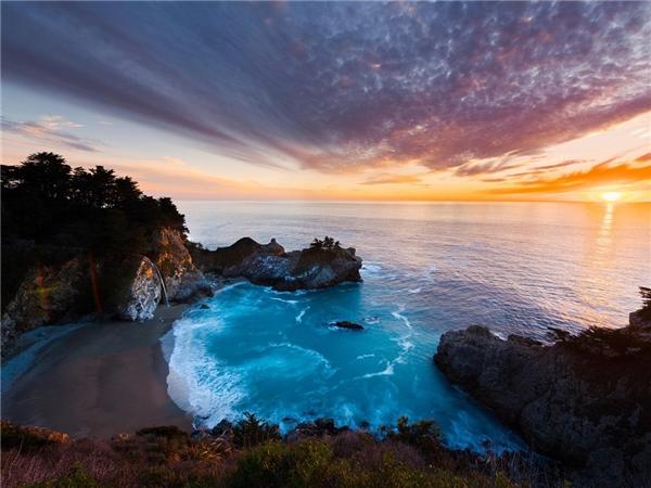 """Khu vực Big Sur, California, nơi được mệnh danh là """"điểm gặp gỡ tuyệt diệu nhất của nước và đất"""". Ảnh: Alamy."""