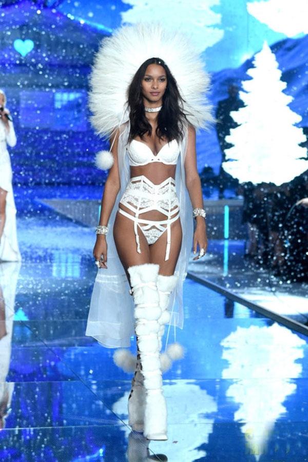 Lais Ribeiro, sinh năm 1990 là chân dài đến từ Brazil, cô từng làm người mẫu cho các thương hiệu đình đám như Versace, Chanel, Louis Vuitton, Gucci and Dolce & Gabbana... Cô trở thành thiên tần vào năm ngoái và đã 5 lần sải bước trên Victoria's Secret Fashion Show.