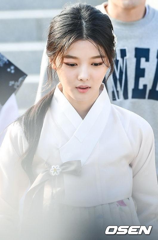 Gương mặt hốc hác của Kim Yoo Jung trước đó