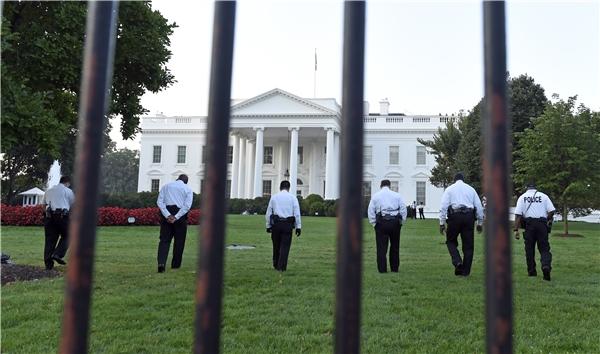 Tổng thống và dinh tổng thống được bảo vệ nghiêm ngặt 24/24.