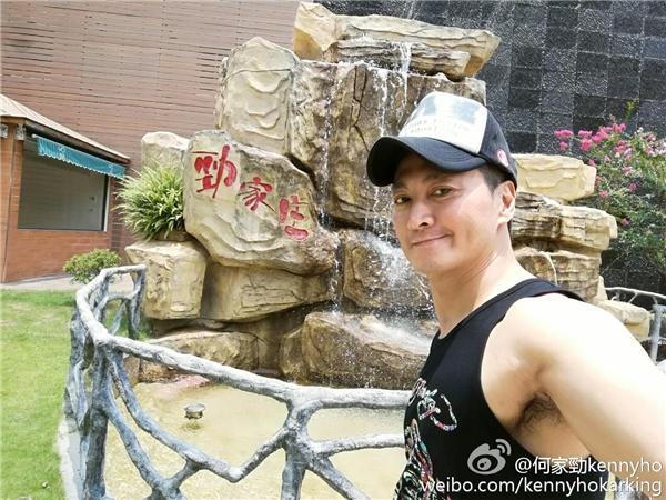 Hà Gia Kính cho biết hiện tại anh rất hạnh phúc với người thân,bạn bè và không còn nghĩ đến chuyện cưới vợ.