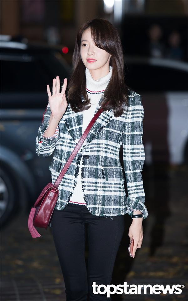 """Trong khi đó, Yoona như mọi khi vẫn là tâm điểm chú ý bởi vẻ ngoài xinh đẹp không tì vết nhưng gương mặt cũng hằn lên sự kiệt sức bởi lịch trình ghi hình dày đặc. Với vai diễn Go Anna, nữ thần tượng đã thành công chứng tỏ khả năng diễn xuất cải thiện rõ rệt, xóa bỏ định kiến """"bình hoa di động"""" từ trước đến nay trong lòng khán giả."""