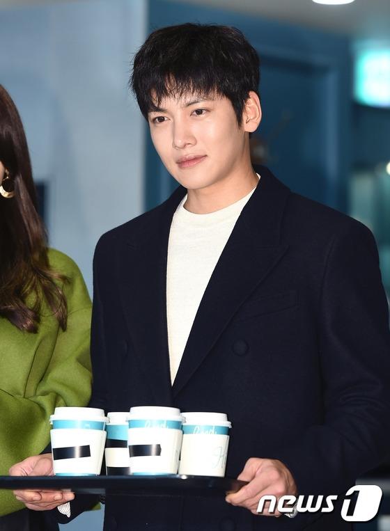 Ji Chang Wook và Yoona giữ lời hứa, mời fan uống cà phê