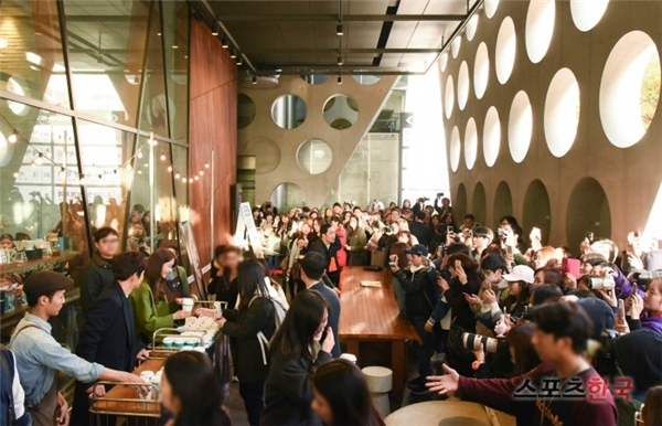 Rất đông các fan đến tập trung trước cửa hàng cà phê