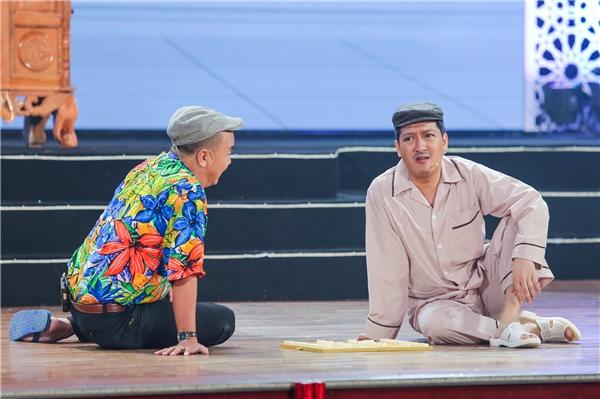 Vở hài kịch thứ hai có tên Ai rồi cũng già thôilà một tác phẩm thực sự xuất sắc, với thông điệp về tình người trong gia đình hiện đại và cả tấm lòng của con cái dành cho cha mẹ. - Tin sao Viet - Tin tuc sao Viet - Scandal sao Viet - Tin tuc cua Sao - Tin cua Sao