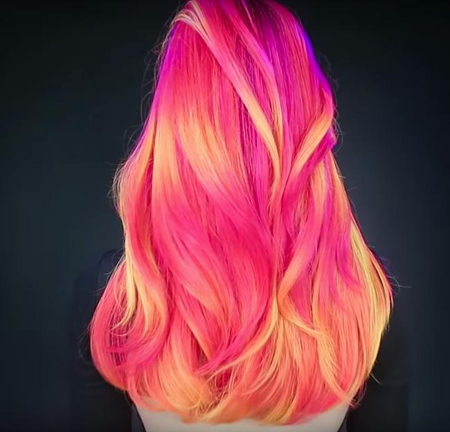 Được biết, kiểu tóc này được nhà tạo mẫu lấy cảm hứng từ kiểu nhuộm ombre. Giống như những hình thức dạ quang khác, mẫu tóc này khi nhìn dưới ánh sáng ban ngày sẽ không khác mấy so với màu ombre hay màu nhuộm bình thường.(Ảnh: Guy Tang).