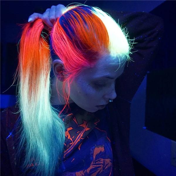 """...thì mới đây, một nhà tạo mẫu tóc đến từ Hollywood tiếp tục gây sốt với phong trào nhuộm tóc neon phát sáng cực """"chất"""". (Ảnh: Guy Tang)."""