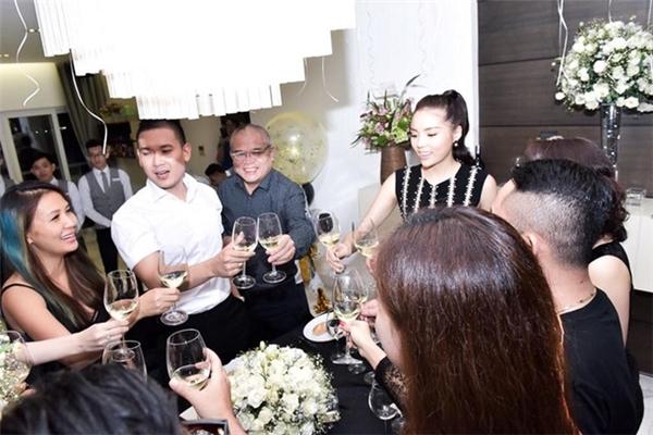 Đặc biệt, buổi tiệc này còn có sự góp mặt của bạn trai cũ Hoa hậu Việt Nam 2014 - doanh nhân trẻ Tạ Công Sơn. Dù đã chia tay nhưng cả hai vẫn giữ mối quan hệ tốt đẹp với nhau. - Tin sao Viet - Tin tuc sao Viet - Scandal sao Viet - Tin tuc cua Sao - Tin cua Sao