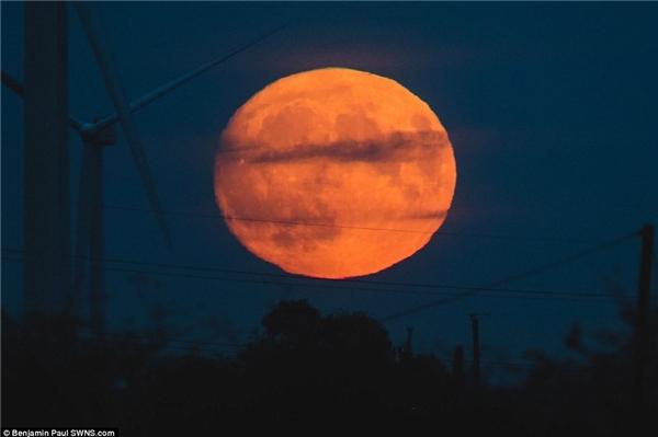 Siêu trăng ở nước Anh. Lần xuất hiện vào hôm nay 14/11 sẽ là lần Mặt Trăng ở gần Trái Đất nhất từ tháng 1/1948. (Ảnh: SWNS)