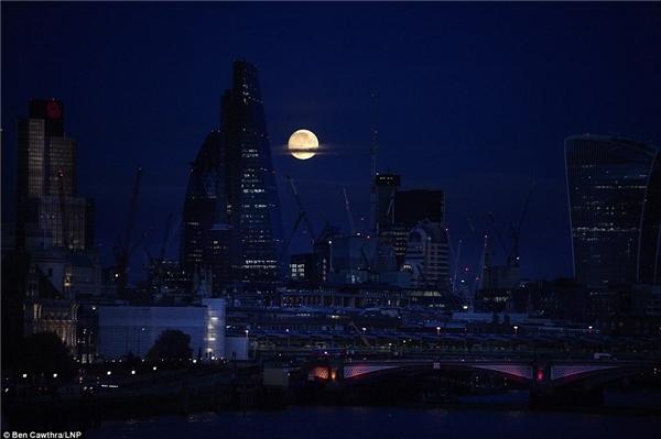Đêm trăng rằm ở khu vực trung tâm tài chính của London ngày 13/11. (Ảnh: LNP)