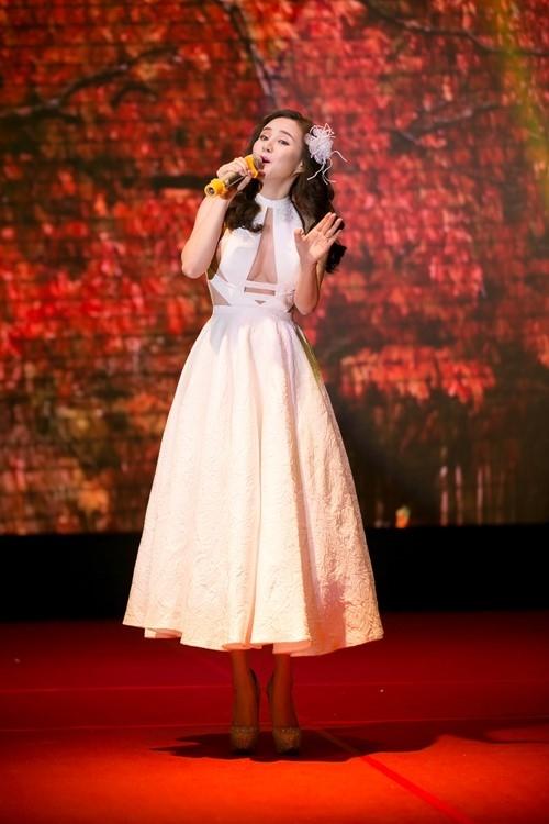 Hình ảnh công chúa điệu đà của Vy Oanh trên sân khấu được Tăng Thành Công biến tấu hiện đại hơn với những đường xẻ ngực, khoét vai sâu hút.