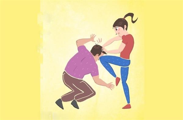 Trong trường hợp bắt buộc, hãy túm lấy tóc hắn để kéo đầu hắn xuống đất, sau đó lên gối thật mạnh vào giữa mặt hắn rồi bỏ trốn.
