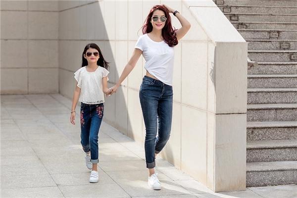 Nhân dịp đón tuổi mới, Trương Ngọc Ánh vừa cùng con gái Bảo Tiên thực hiện bộ ảnh street style đầy ấn tượng.