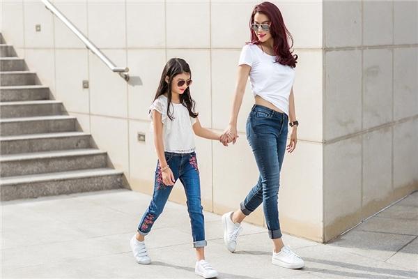 Dù lựa chọn những bộ trang phục đơn giản như áo thun với quần jean, chân váy kiểu xếp ly hay chỉ là những chiếc đầm kiểu truyền thống, song nữ diễn viên, nhà sản xuất phim Hương Gavẫn tự tin ghi điểm bởi gu ăn mặc tinh tế và sành điệu.