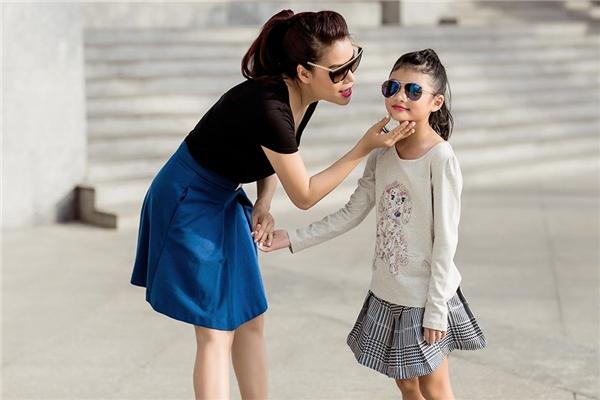 Trương Ngọc Ánh trẻ trung, xinh đẹp dạo phố cùng con gái cưng