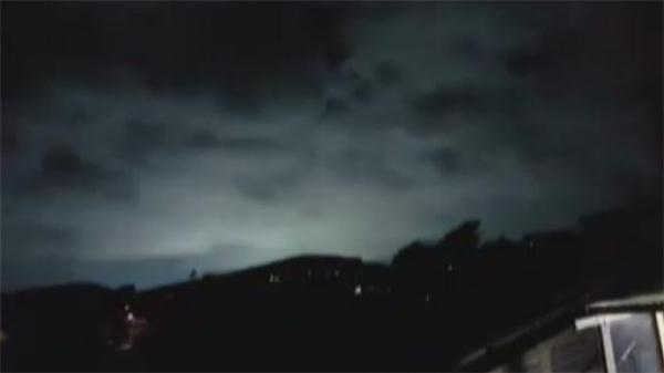 Bầu trời đêm New Zealand bừng sáng trong cơn động đất mạnh.