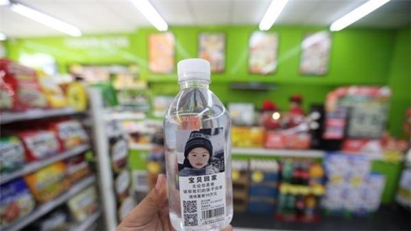 Những chai nước được bày bán tại khắp mọi nơi.