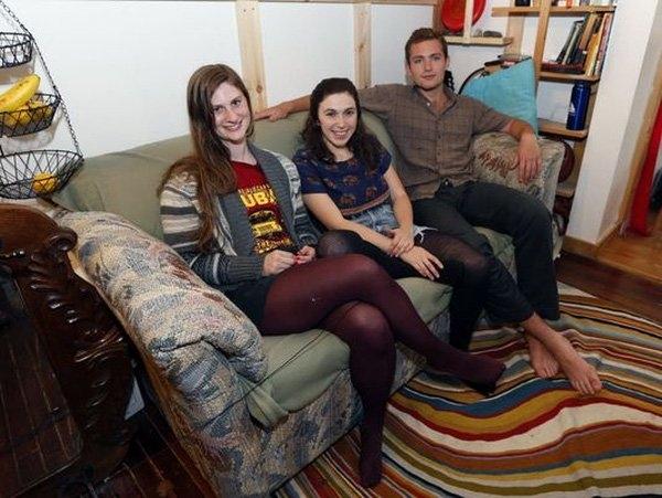 Ba sinh viên trẻ tìm thấy khối lượng gia tài lên tới gần 1 tỉ VNĐ dưới lớp vải ghế sofa.