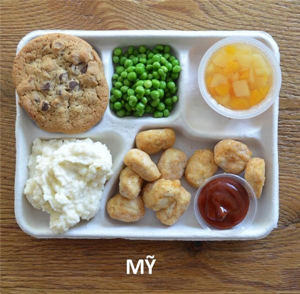 Gà chiên, khoai tây nghiền, đậu, bánh quy socola, và trái cây