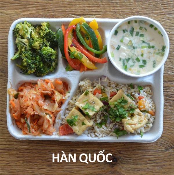Súp cá, cơm, đậu hũ, kimchi, và rau xào