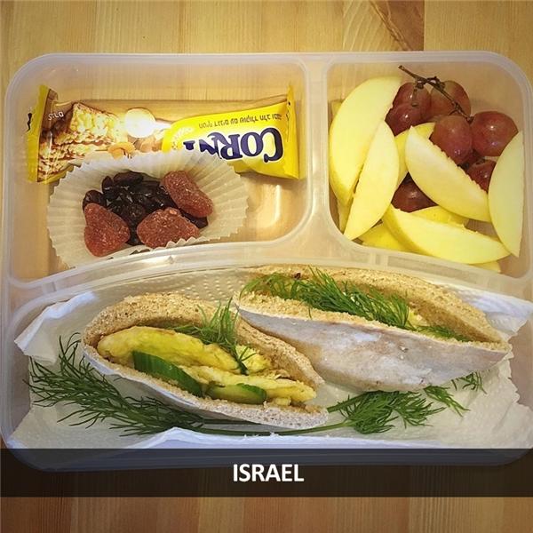Sandwich, trái cây, bánh kẹo