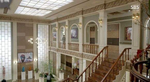 Bên trong biệt thự mang phong cách cổ điển, mọi thứ được thiết kế và trình bày đúng kiểu châu Âu sang trọng và ấm áp.