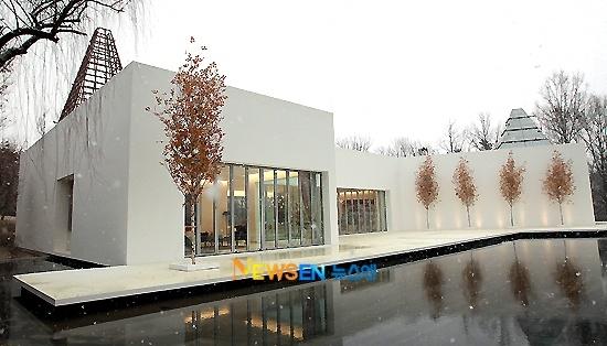 Được biết, đây cũng là ngôi nhà của tài tử Bae Yong Jun sử dụng trong Bản Tình Ca Mùa Đông.