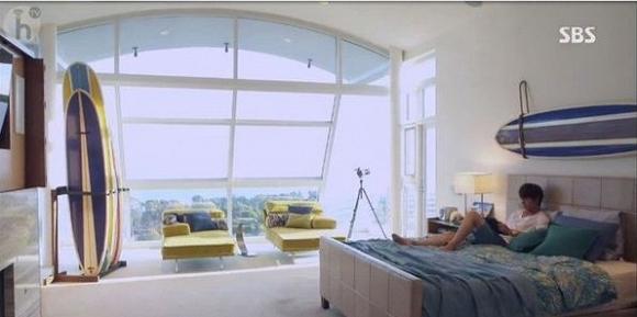 Phòng ngủ được thiết kế hiện đang thể hiện sở thích cá nhân của chủ nhân là lướt ván và tắm nắng, đồng thời cũng có thể chiêm ngưỡng thiên nhiên hùng vĩ.