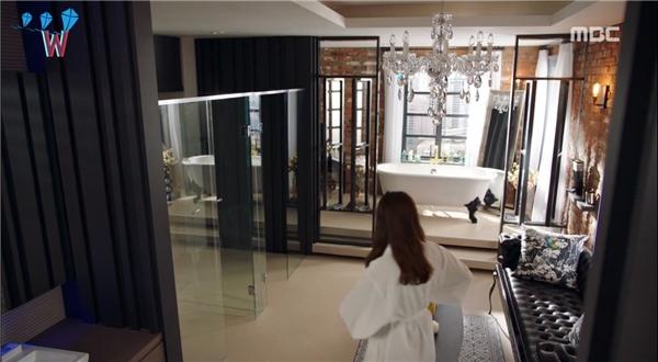 Đến cả phòng tắm cũng vô cùng sang trọng bởi không gian rộng lớn, có cả bàn trang điểm, ghế sopha và bồn tắm được thiết kế nằm cạnh cửa sổ để có thể ngắm cảnh bên ngoài đem lại cảm giác thư giãn đúng điệu.