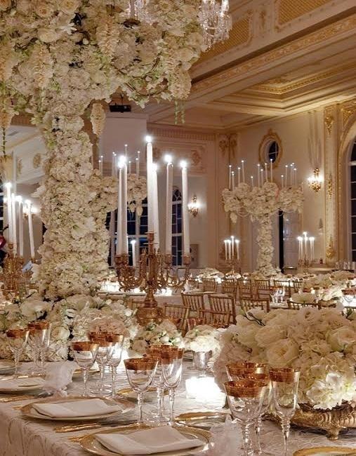 Hội trường được mạ vàng 24 cara nổi bật trên nền hoatươi và nến theo tông trắng và vàng kim.