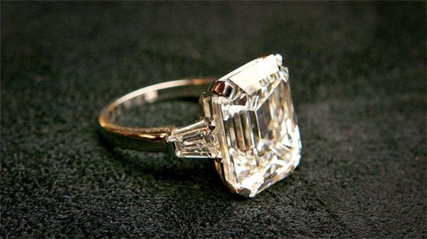 Donald Trump cũng từng tặng cômột chiếc nhẫn kim cương 12 cara của hãng Graff trị giá 1,5 triệu đô (33 tỉ VND) tại lễ đính hôn.