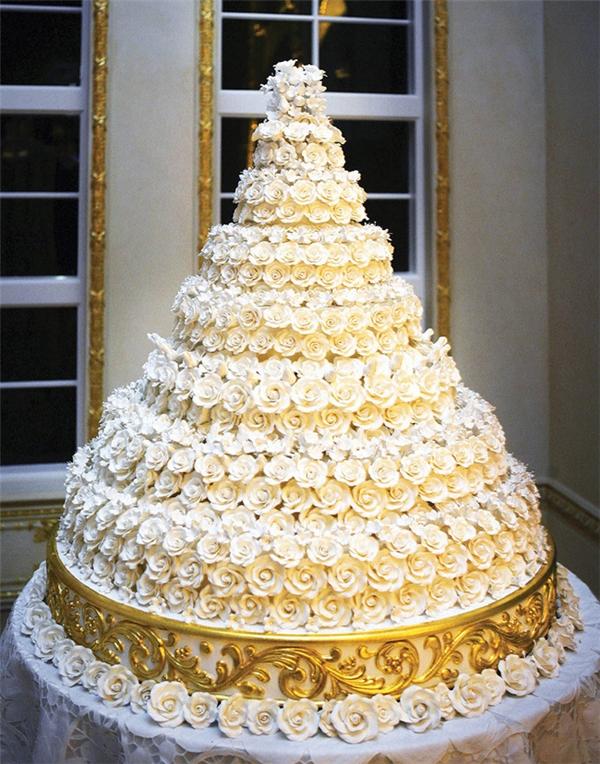 Chiếcbánh cưới 7 tầng có đường kính 1,8m, nặng hơn 90kg và được trang trí bằng 2000 bông hoa bằng kem trắng.