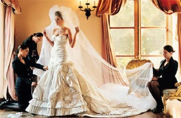 Trong đám cưới cô dâu đã khoác lên người chiếc chiếc váy cưới lộng lẫy của hãng Christian Dior.