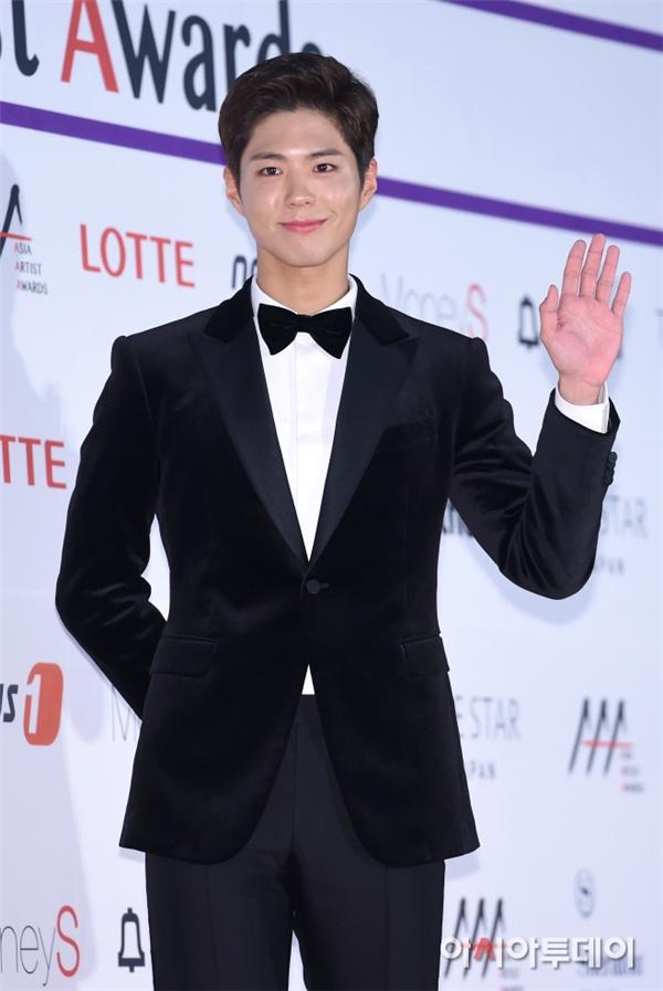 """Với thành công rực rỡ của Mây Họa Ánh Trăng, Park Bo Gum là một trong những ngôi sao được mong chờ tại thảm đỏ hôm nay. Với trang phục đơn giản, """"Thái tử"""" của chúng ta tạo điểm nhấn với đôi giày đen bóng bẩy."""
