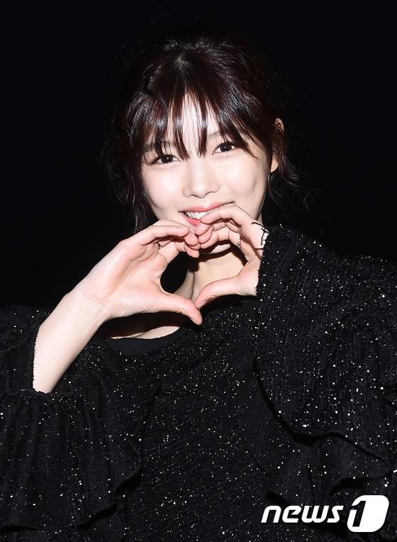 """""""Tiểu thái giám"""" Kim Yoo Jung xinh đẹp với trang phục lấp lánh để lộ bờ vai quyến rũ. Cô nàng còn """"ghi điểm"""" tuyệt đối với truyền thông và khán giả bởi nụ cười tươi tắn và thân thiện chào fan."""