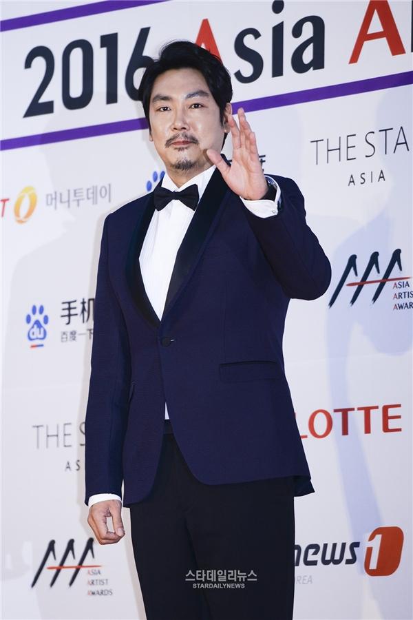 """Jo Jin Woong trở thành """"soái ca"""" trong mộng của chị em phụ nữ nhờ vai diễn trong Signal."""