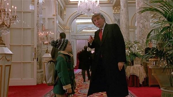 Ông Trump vào vai người chỉ đường cho cậu béMacaulay Culkin khi bị lạc ở khách sạn Plaza.