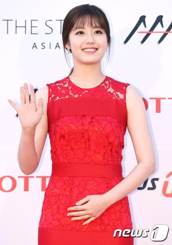 Nam Ji Hyun nổi bật với sắc đỏ.