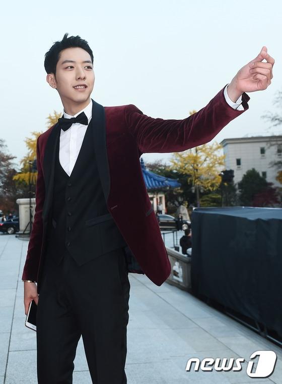 Lee Jung Shin lịch lãm, thu hút với suit màu đỏ rượu.